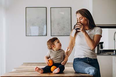 Madre bebiendo un vas de agua filtrada